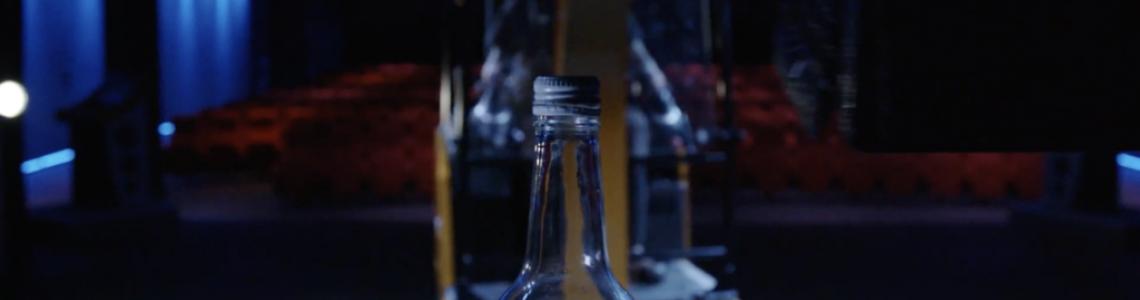 Предизвикателството Bottle Cap Challenge , изпълнено с  новия електрически мин и багер JCB Electric Excavator.